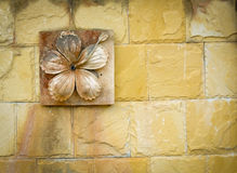 Schnitzen Sie Lehmblume auf Wand lizenzfreie stockfotografie