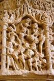 Schnitzen von Details über die Säule des Sun-Tempels Errichtete im Jahre 1026-27 ANZEIGE während der Herrschaft von Bhima I der C lizenzfreie stockfotografie
