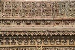 Schnitzen von Details der inneren Wand von Adalaj Ni Vav Stepwell oder Rudabai Stepwell Stockfotografie