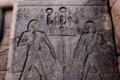 Schnitzen von Hieroglyphen im Tempel in Ägypten Lizenzfreies Stockbild