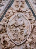 Schnitzen von Madonna des Gürtels am Portal von Florenz-Kathedrale Lizenzfreie Stockfotos