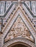 Schnitzen von Madonna des Gürtels am Portal von Florenz-Kathedrale Stockfotos