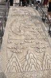 Schnitzen von Verzierungen im Marmor von der Treppe von Hall des Gebets für gute Ernten von Himmelstempel in Peking stockbild