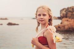 Schnorchel-Mädchen, das mit Masken-und Schnorchel-Tuba schnorchelt Stockfoto