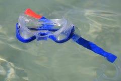 Schnorchelmaske, die auf die Maske schwimmt stockfotografie