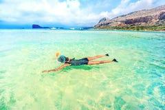 Schnorcheln und Reiselebensstil, Tätigkeiten des Wassersports im Freien, schwimmende Tage an den Sommerferien Lizenzfreie Stockfotos