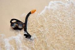 Schnorchelschutzbrille auf dem Strand stockbild