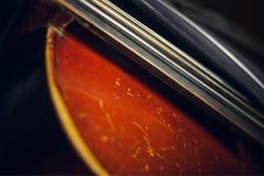 Schnur des alten schäbigen Cellos lizenzfreies stockbild