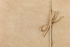 Schnur oder Schnur gebunden in einem Bogen auf Kraftpapier Stockfotos
