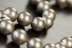 Schnur von glänzenden grauen Perlen Stockbild