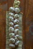 Schnur von Knoblauchzehen auf Leinwand Lizenzfreie Stockfotografie
