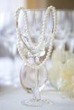 Schnur von weißen Perlen auf Glas Stockbild