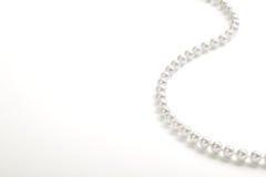 Schnur von weißen Perlen Lizenzfreie Stockbilder