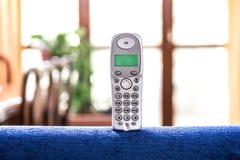 Schnurloses Telefon auf einem Sofa Stockbild