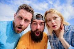 Schockierende Nachrichten Amazed überraschte Gesichtsausdruck Wie man Leute beeindruckt Entsetzender Eindruck Männer mit Bart und stockfoto