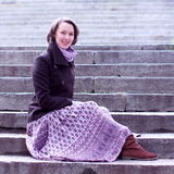 schodek elegancka ładna siedząca kobieta Zdjęcie Stock