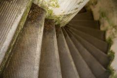 Schodków meandrować zmniejszający się w starym betonowym budynku Fotografia Royalty Free