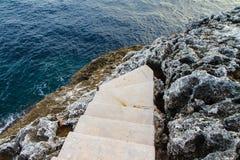 Schodki Śródziemnomorskiego, skalistego brzeg boczny widok, Mallorca, Hiszpania obrazy stock