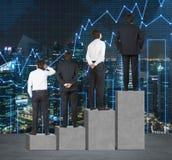 Schodki jako ogromna betonowa prętowa mapa Biznesmeni stoją na each kroku jako pojęcie pasmo problemy lub poziomy responsi Obrazy Royalty Free