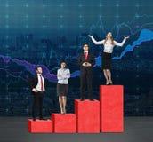 Schodki jako ogromna czerwona prętowa mapa Ludzie biznesu stoją na each kroku jako pojęcie pasmo problemy lub poziomy responsib Zdjęcia Stock