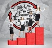 Schodki jako ogromna czerwona prętowa mapa są w pokoju z betonową podłoga i rówieśnika ścianą Biznesowe kobiety stoją na each kro Obrazy Royalty Free