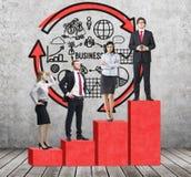 Schodki jako ogromna czerwona prętowa mapa są w pokoju z betonową podłoga i rówieśnika ścianą Ludzie biznesu stoją na each ste Fotografia Royalty Free