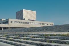 Schodki prowadzi budynek przeciw niebieskiemu niebu na Pogodny d zdjęcia stock