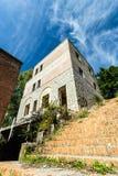 Schodki prowadzi stary kamienny budynek Obrazy Stock