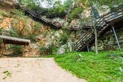 Schodki prowadzi w wierzchołek skała, Krka, Chorwacja obrazy stock