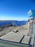 Schodki przy wierzchołkiem góry które pochodzą w kierunku skalistego terenu zdjęcie royalty free