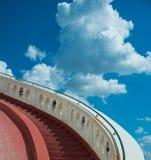Schodki w kierunku niebieskiego nieba z chmurami zdjęcia royalty free