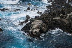 Schodki w lawowej linii brzegowej w Punta Brava, Puerto De La Cruz zdjęcia stock