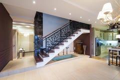 Schodki w nowożytnym luksusowym mieszkaniu Obrazy Royalty Free