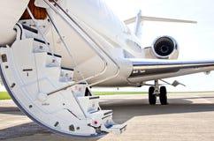 Schodki z dżetowym silnikiem na intymnym samolocie - bombardier obrazy stock