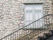 Schodowy metal i kamienna ściana Zdjęcie Royalty Free