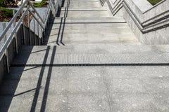 Schody dekoruje z granitu i marmuru płytkami z metali poręczami Zdjęcia Stock