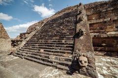 Schody i cyzelowanie szczegóły Quetzalcoatl ostrosłup przy Teotihuacan ruinami - Meksyk zdjęcia royalty free
