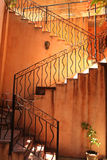 Schody i pomarańcze ściana pod jaskrawym oświetleniem Fotografia Stock