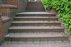 Schody między ścianą, czerwoni schodki zdjęcia stock