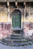 Schody prowadzi starzejący się zielony dzwi wejściowy Zdjęcia Stock