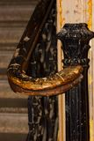 Schody ręki poręcz w Starym Historycznym budynku Zdjęcia Royalty Free