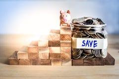 Schody sukces oszczędzanie pieniądze dla przyszłości z prosiątko bankiem obrazy royalty free