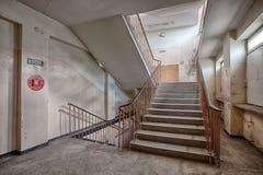 Schody w zaniechanym i przyschniętym budynku Obrazy Royalty Free