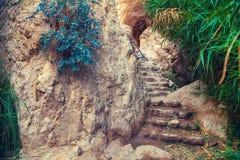 Schody z kamieniem kroczy prowadzić góra obraz royalty free