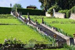 Schody z rzeźbami i irysami w ogródach Bardini zdjęcie royalty free
