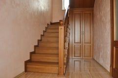 Schody z zwrotem, dębowy schody wśrodku mieszkaniowego domu, Obraz Royalty Free