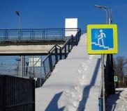 Schody zasięrzutny zwyczajny skrzyżowanie zakrywający z śniegiem Szyldowy crosswalk Biedna użyteczności praca obrazy stock