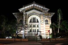 Schoelcher arkiv, Fort de France, Martinique på natten Arkivfoton