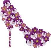 Schoen die met bloemen wordt verfraaid. Stock Foto
