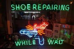 Schoen die terwijl U wacht herstellen Stock Fotografie